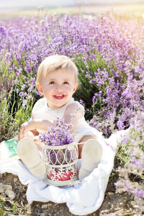 淡紫色领域的美丽的小女孩 库存图片