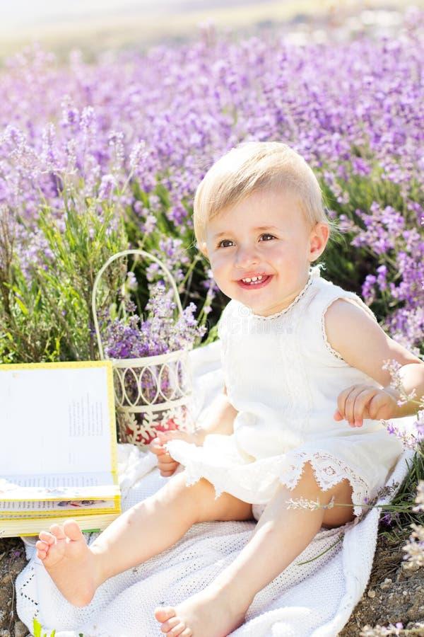 淡紫色领域的美丽的小孩女孩 免版税图库摄影