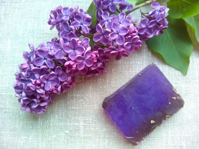 淡紫色紫色花和芬芳肥皂 免版税库存照片