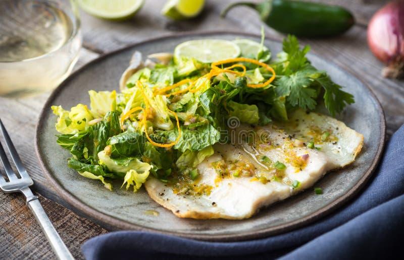淡水鳟鱼和沙拉 免版税图库摄影