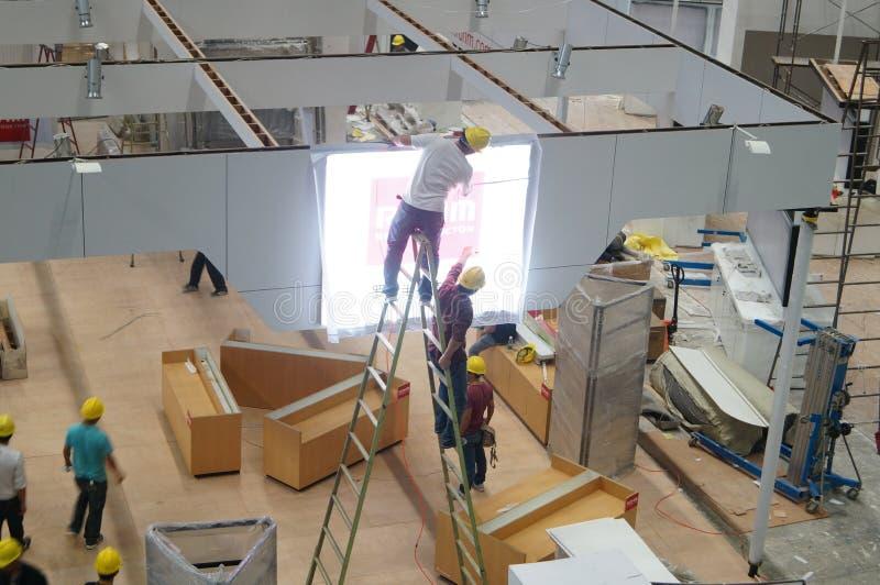 深圳大会和会展中心,建筑和设计的工作者  免版税库存图片