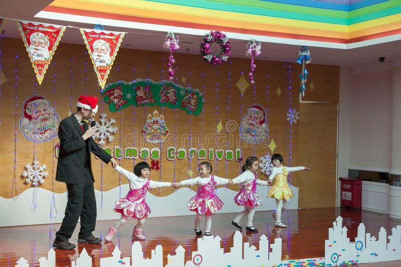 深圳,中国, 2011-12-23 :欧洲幼儿园老师perfo 库存照片