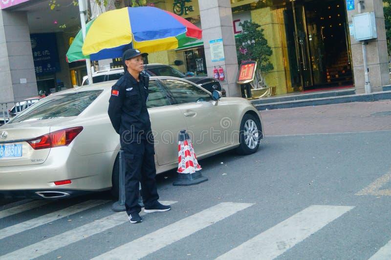 深圳,中国:一名治安警卫在一个住宅区 库存照片