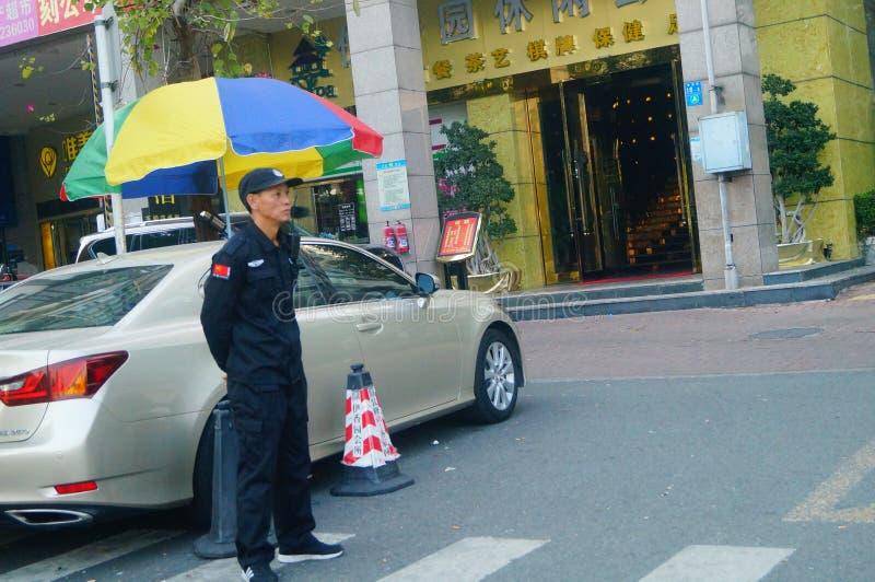 深圳,中国:一名治安警卫在一个住宅区 免版税图库摄影
