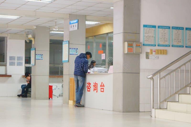 深圳,中国:健康和流行病预防驻防室,工作者做着体格检查 库存图片