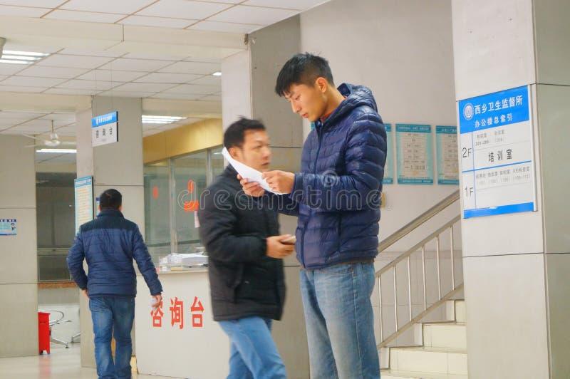 深圳,中国:健康和流行病预防驻防室,工作者做着体格检查 图库摄影