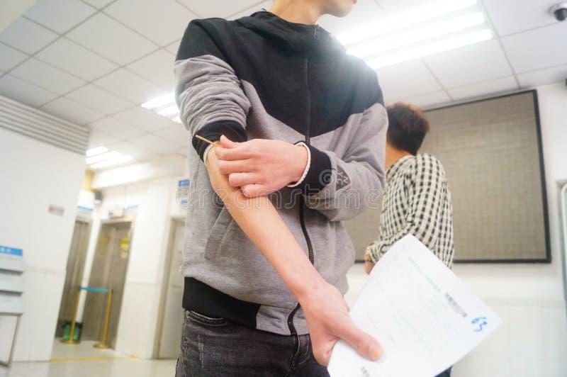 深圳,中国:健康和流行病预防驻防室,工作者做着体格检查 免版税图库摄影