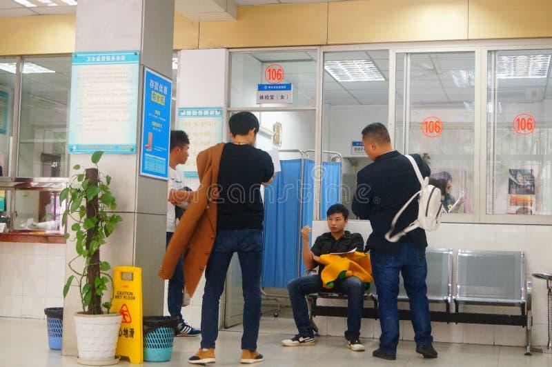 深圳,中国:健康和流行病预防驻防室,工作者做着体格检查 免版税库存照片