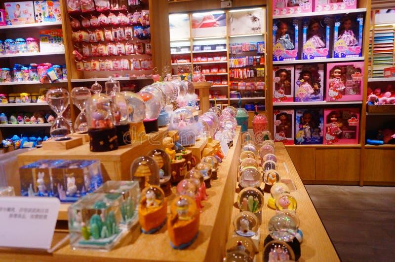 深圳,中国:儿童` s玩具商店显示有动物形状的许多玩具,是非常逗人喜爱的 库存照片