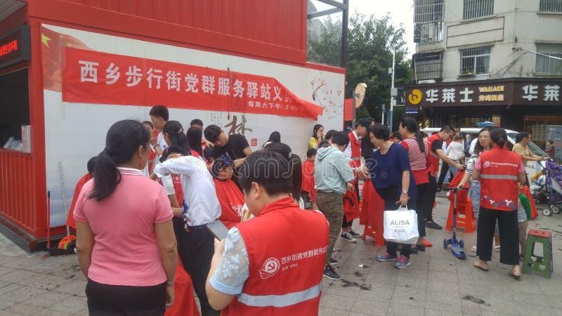 深圳,中国:党和小组服务站提供公民的自由理发 免版税图库摄影
