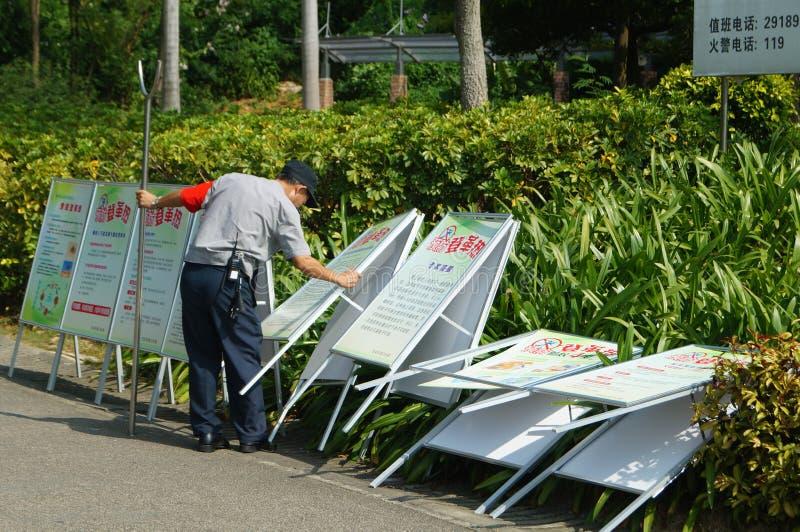 深圳,中国:在广告标志撤除的一名治安警卫  图库摄影