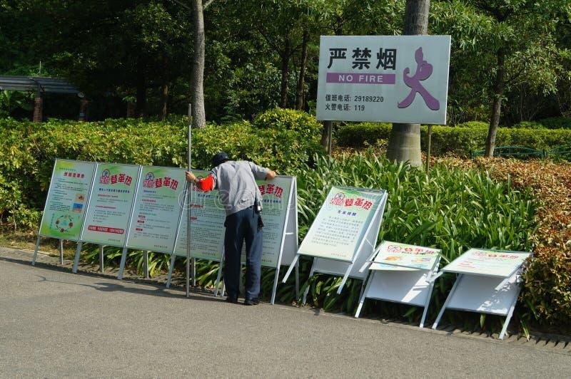 深圳,中国:在广告标志撤除的一名治安警卫  免版税库存图片