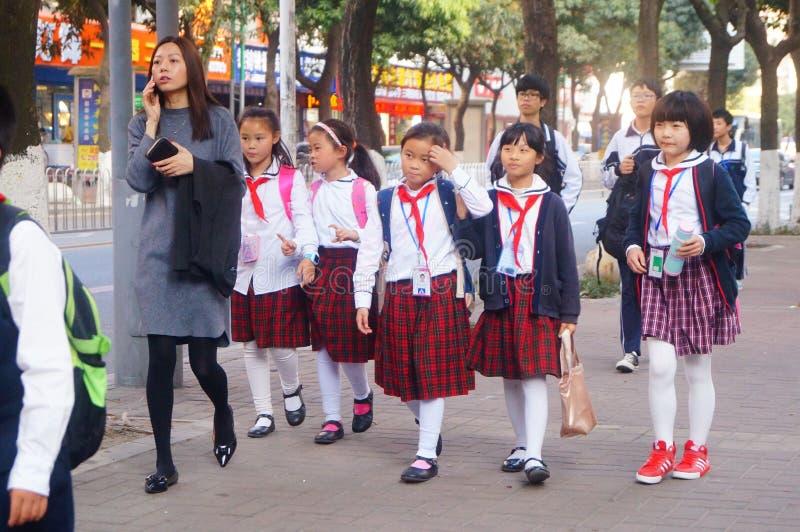 深圳,中国:学生在学校以后的回家 图库摄影