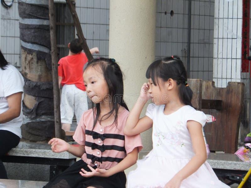 深圳,中国:小女孩使用,有趣的场面 库存照片
