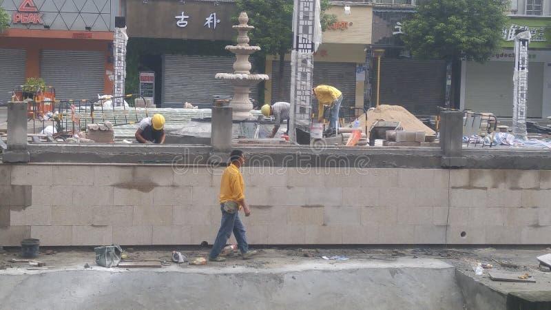 深圳,中国:工作者在楼房建筑 免版税库存照片