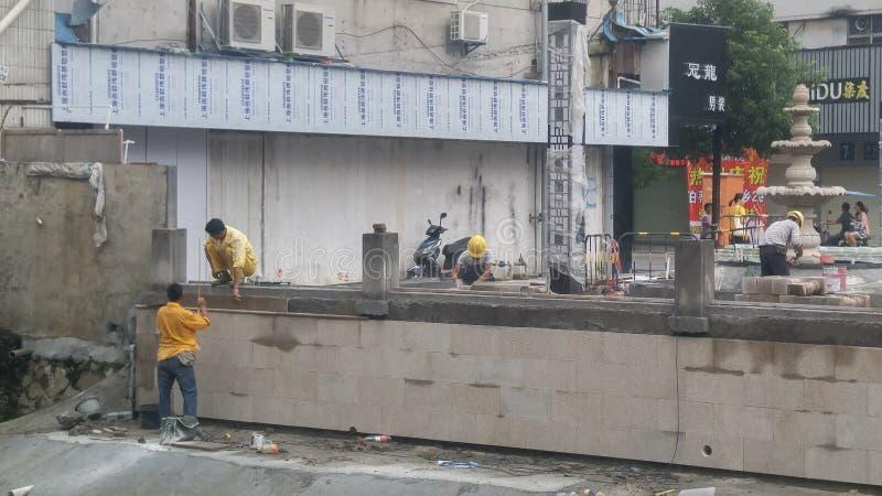 深圳,中国:工作者在楼房建筑 免版税图库摄影