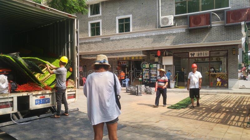 深圳,中国:当他们庆祝改革和开矿,第40周年工作者装饰街道 库存照片