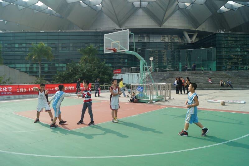 深圳,中国:打篮球的孩子 库存照片