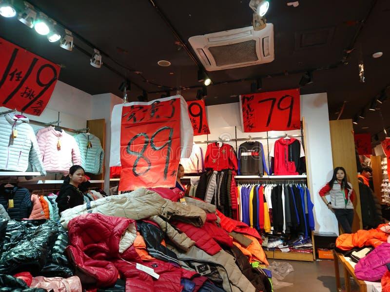 深圳,中国:服装店年底卖困惑不解的衣裳 图库摄影