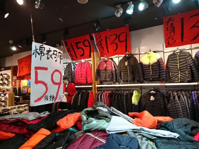 深圳,中国:服装店年底卖困惑不解的衣裳 库存照片