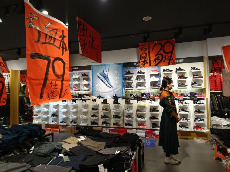 深圳,中国:服装店年底卖困惑不解的衣裳 库存图片