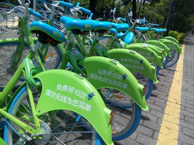 深圳,中国:海尔` s共有的自行车在街道上 免版税库存图片