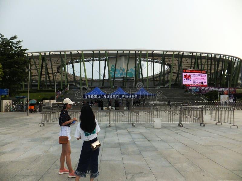 深圳,中国:让全国音乐会旅行魅力深圳驻地有早期的观众等待的入场爱的声音  免版税库存照片