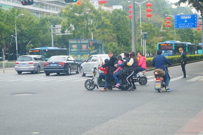 深圳,中国:超载电自行车和暗藏的危险 免版税库存图片