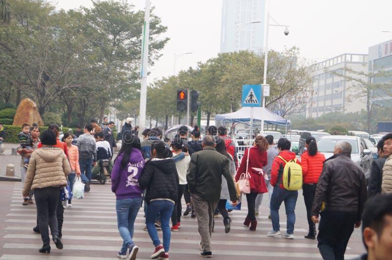 深圳,中国:跑红色红绿灯游人 库存图片