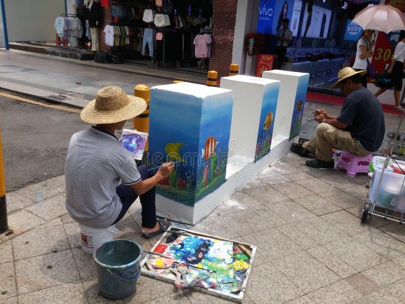 深圳,中国:绘画的街道艺术家,装饰街道 库存图片