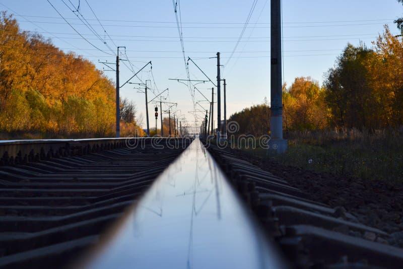深度域铁路浅跟踪 路轨关闭 在铁路轨道的反射 免版税库存图片