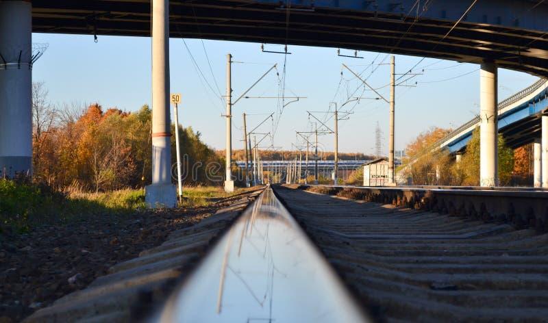 深度域铁路浅跟踪 路轨关闭 在铁路轨道的反射 库存照片