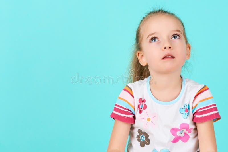 深深可爱的学龄前儿童女孩想法的,查寻 集中,决定,视觉概念 免版税库存图片