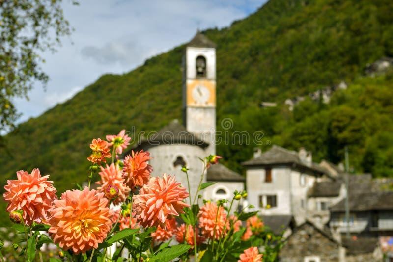 深深拉韦尔泰佐村庄典型的风景在提契诺州小行政区的Verzasca谷的  库存图片