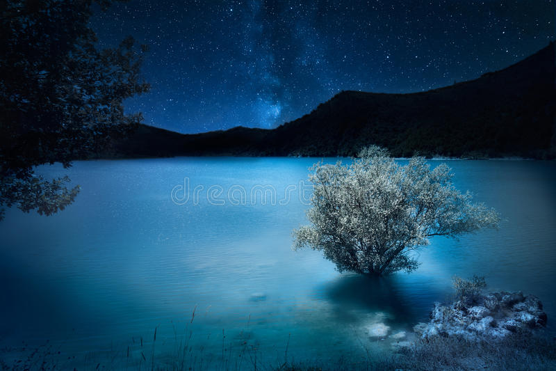 深深深蓝的夜 在山湖的银河星 魔术 免版税库存图片