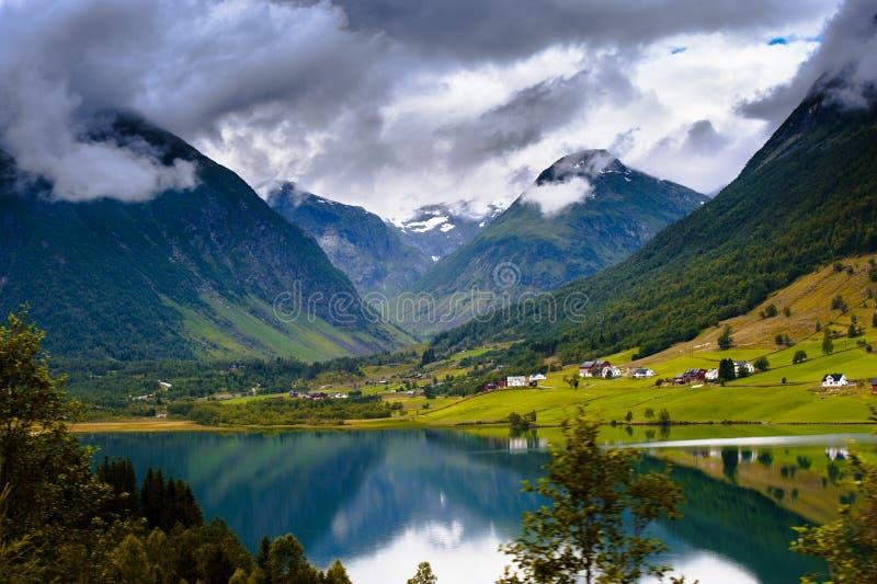 深深美好的农村风景在挪威山,斯堪的纳维亚人欧洲 免版税库存照片