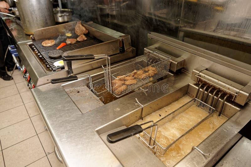 深炸锅和格栅,厨房设备 库存图片