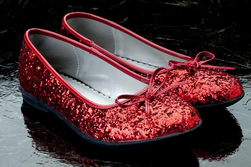 深红闪光金属片的拖鞋瓦片 库存图片