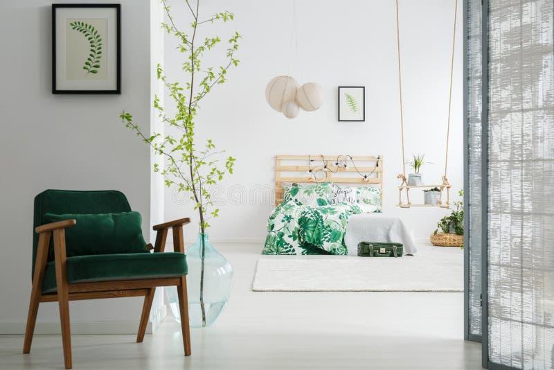 深绿椅子在卧室 库存照片