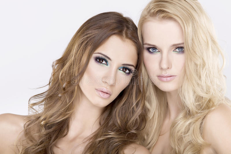 Download 深色二个的女朋友-白肤金发和 库存照片. 图片 包括有 照亮, 分集, 乐趣, 女性, 逗人喜爱, 拉丁语 - 22357446