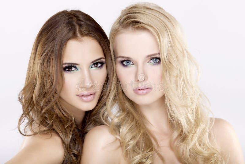 深色二个的女朋友-白肤金发和 库存图片