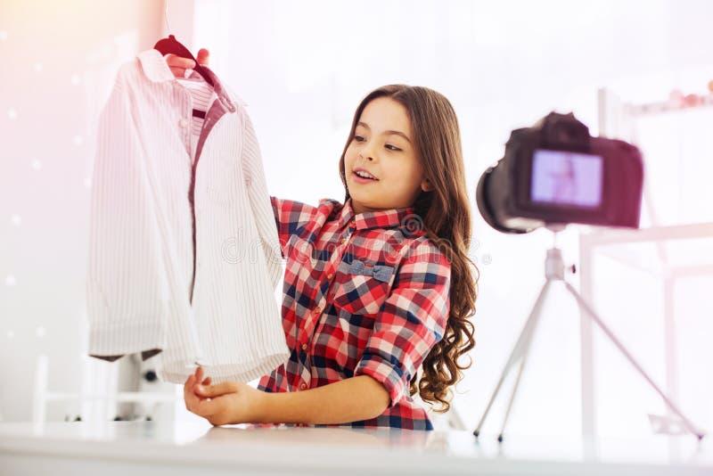 深色头发放光摄制关于学校衣裳的一点时尚博客作者录影 库存图片