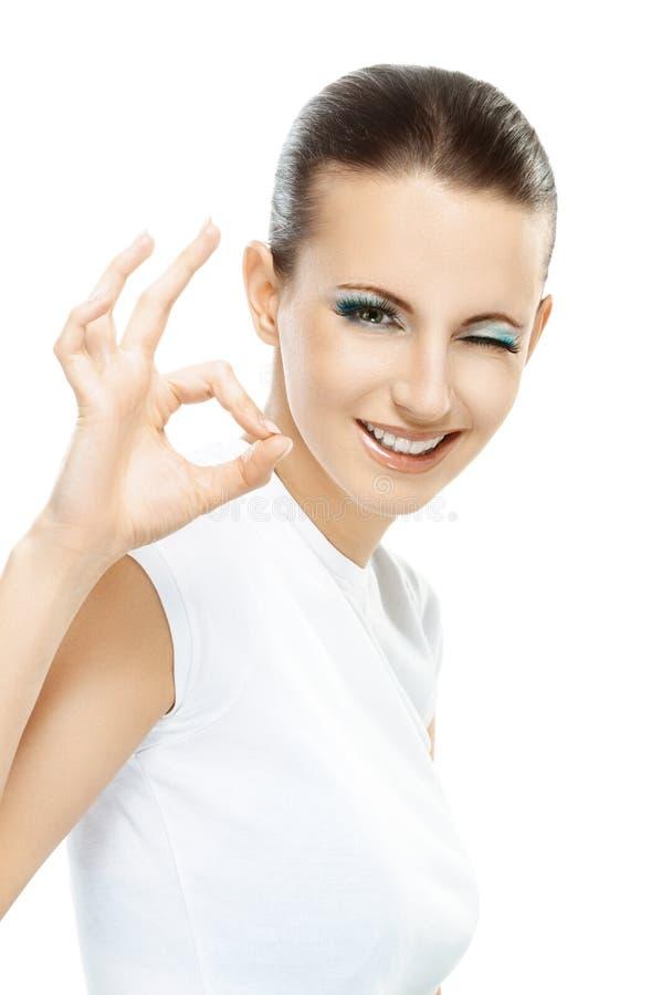 深色头发的妇女显示符号OK 库存照片