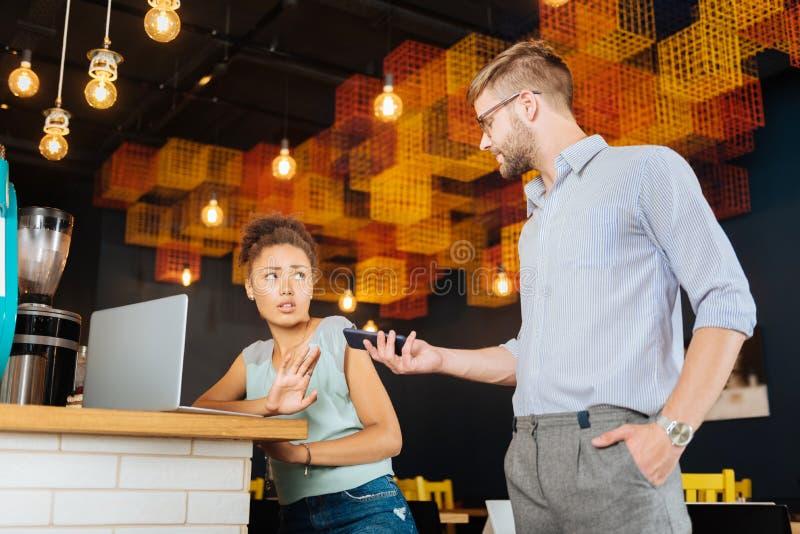 深色头发的妇女有欲望在谈话由电话 免版税库存图片