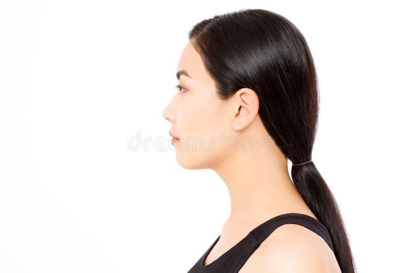 深色的亚裔女孩外形画象有在白色背景隔绝的长和发光的平直的女性头发的 妇女护肤 免版税库存照片