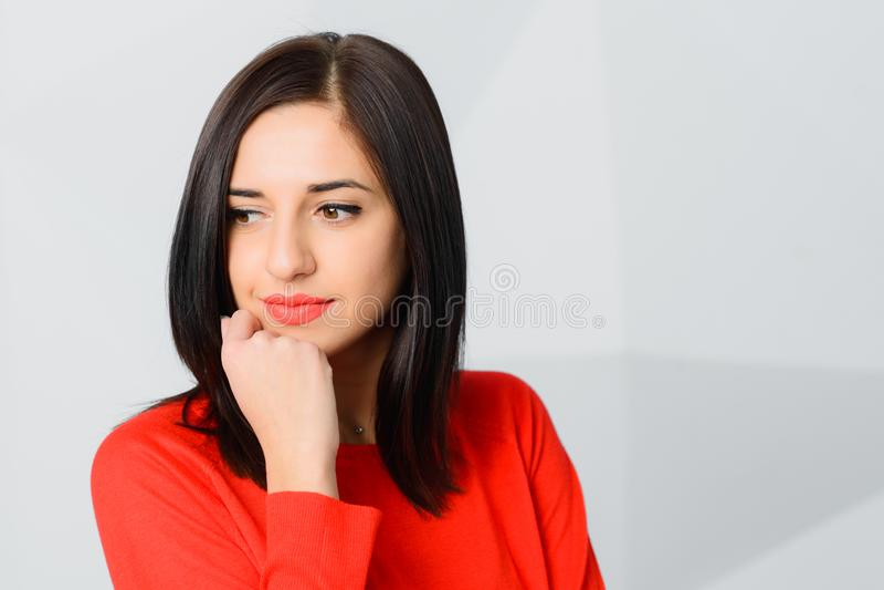 深色的体贴的兴高采烈的年轻女人佩带的红色 免版税图库摄影
