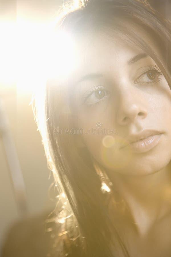 深色的俏丽的妇女年轻人 免版税图库摄影