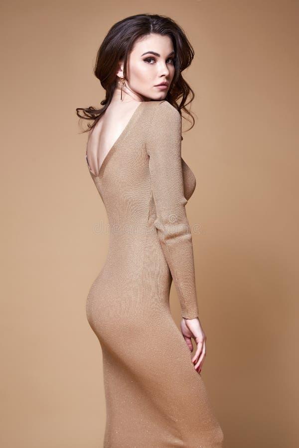 深色的头发妇女美丽的面孔性感的皮包骨头的身体形状棕褐色sk.