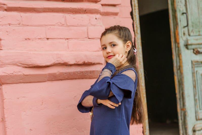 深色的女孩佩带的牛仔布礼服尖叫骄傲和庆祝非常激动的胜利和的成功,欢呼的情感 库存照片