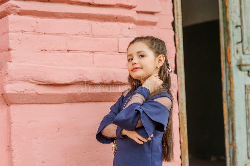 深色的女孩佩带的牛仔布礼服尖叫骄傲和庆祝非常激动的胜利和的成功,欢呼的情感 免版税库存图片